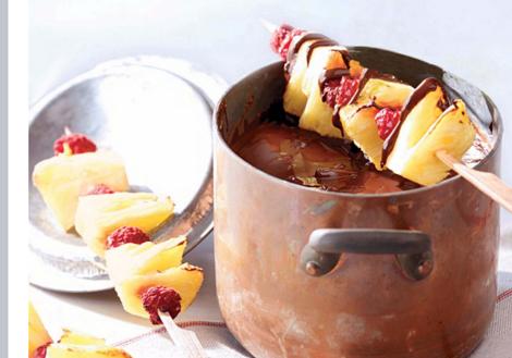 fondant chocolat ananas - Fondue au chocolat et brochettes à l'ananas grillé