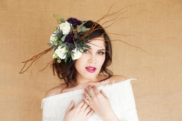 Coiffure mariage extravagante asymétrique avec fleurs et accessoires