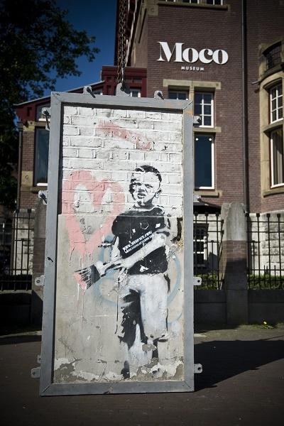 2a986e8d68c7e5870b356ccab03ac125 - Et si nous prenions le Thalys pour aller admirer cette oeuvre monumentale de Banksy à Amsterdam ?