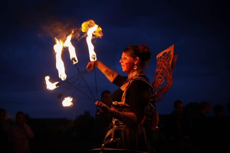 a5bf66a85eb1934333613ec7ea857fcc - Le portrait de Sarah, jongleuse de feu des Temps Modernes