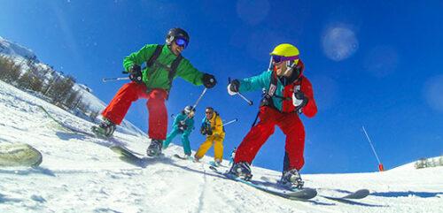 serre chevalier ski ou snowboard ski 500x241 - Vacances d'hiver : bien préparer son séjour au ski