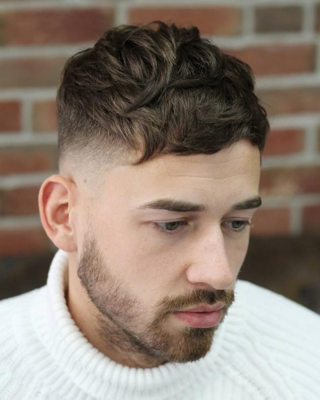 Coupe de cheveux courte pour homme avec frange désordonnée