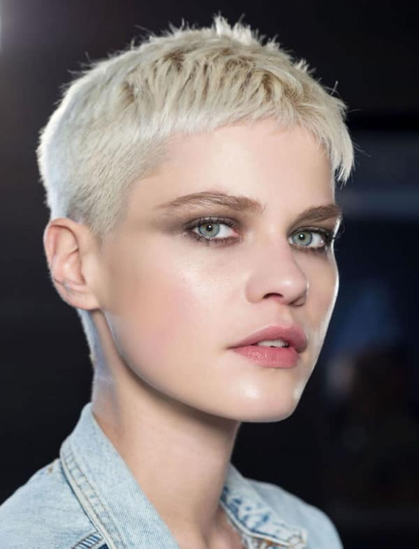 Coupe très courte femme avec côtés en dégradé et décoloration blond platine