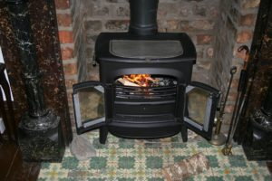 fireplace 195296 960 720 300x200 - Chauffage au poêle à bois : avantages et idéés déco