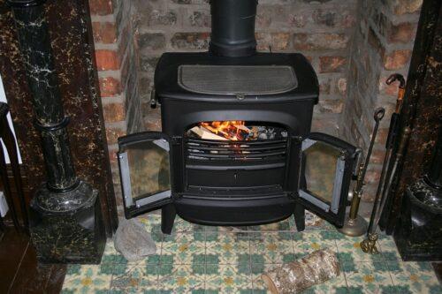 fireplace 195296 960 720 500x333 - Chauffage au poêle à bois : avantages et idéés déco