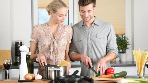 2b3ac94798007236c01b9fbe57eab287 500x281 - Pourquoi faire installer une cuisine sur mesure chez soi?