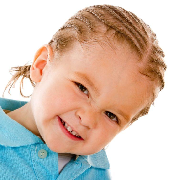 Coupe petits garçon avec cheveux en tresses collées