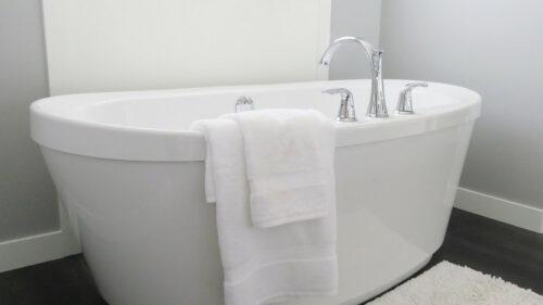 eb6e8598dadb7436675839f4643bce70 500x281 - Continuer à se détendre dans sa salle de bain quand on prend de l'âge