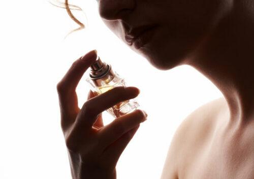 femme se parfumant