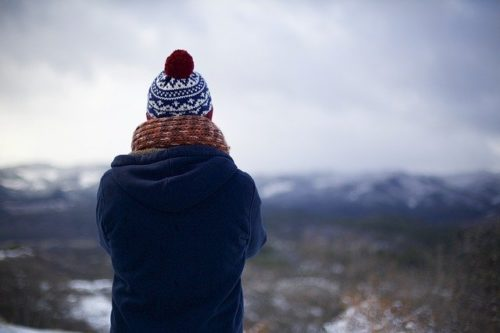 person 731467 640 500x333 - Achetez un bonnet à votre homme en vous inspirant de la mode