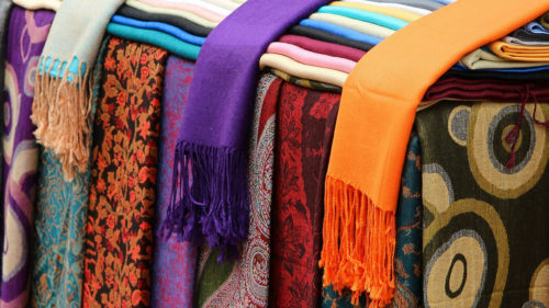 e997b46af7739e5e79235c8d500b9856 500x281 - Le châle Pashmina, un accessoire tendance et doux