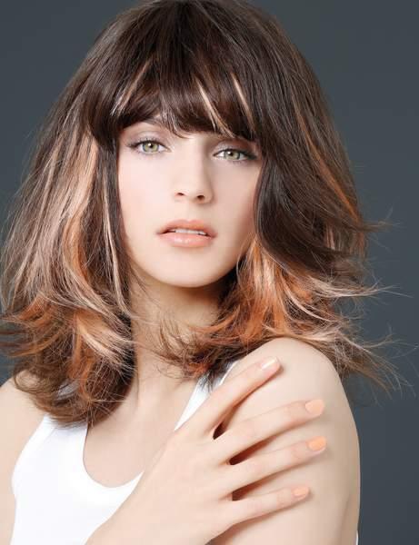 une frange epaisse - Cheveux mi-longs - Modèles de coupes qui donnent envie de couper ses longueurs