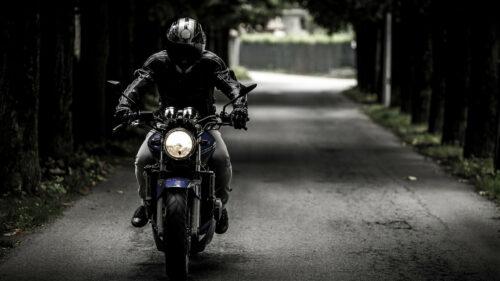 02bedf01d1c6949383a7829127fb4618 500x281 - Comment se débrouiller lors d'une crevaison à moto ?