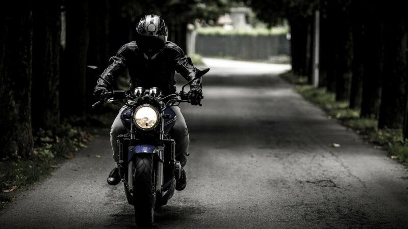 02bedf01d1c6949383a7829127fb4618 800x450 - Comment se débrouiller lors d'une crevaison à moto ?