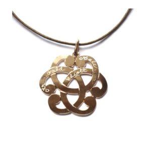 collier arabesque grave 300x300 - 5 bonnes raisons d'offrir un collier gravé