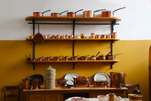 etageres 300x200 - L'art du rangement pour petite cuisine : 10 astuces