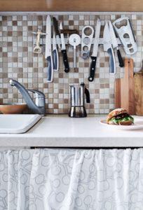 magn1 204x300 - L'art du rangement pour petite cuisine : 10 astuces