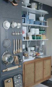 panneau perfore 181x300 - L'art du rangement pour petite cuisine : 10 astuces
