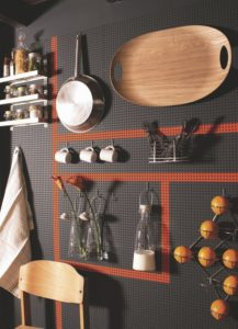 panneau perfore2 217x300 - L'art du rangement pour petite cuisine : 10 astuces