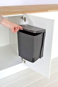 poubelle1 200x300 - L'art du rangement pour petite cuisine : 10 astuces