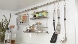 tringle1 300x169 - L'art du rangement pour petite cuisine : 10 astuces