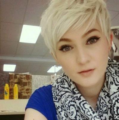 Coupe courte femme blonde