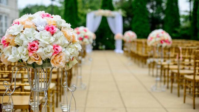 fc1e19cc1ee3610fc944604dfdf8821f 650x366 - Comment réussir la décoration de votre mariage ?