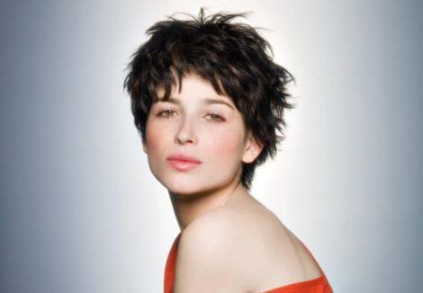 coupe courte cheveux raides femme e1558531555655 - Coiffez-vous avec une coupe courte femme - Coiffure Femme en 2020 2021
