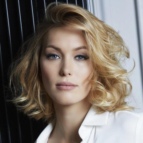 coupe mi longue elegante vheveux boucles e1556720142973 - Comment choisir sa coupe de cheveux mi long ?