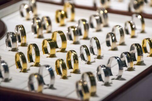wedding rings 1163321 1280 500x333 - L'alliance de mariage et les bijoux pour le jour J ?