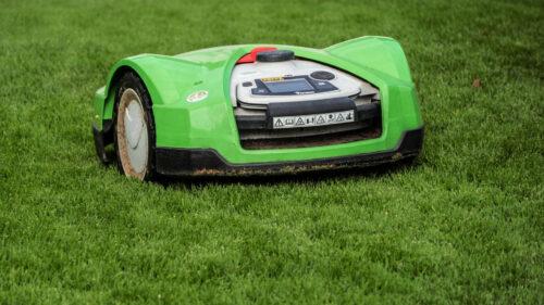 e4fcfdaedc7a4f57069ad5ee4038211e 500x281 - Entretenez votre jardin sans effort avec un robot-tondeuse