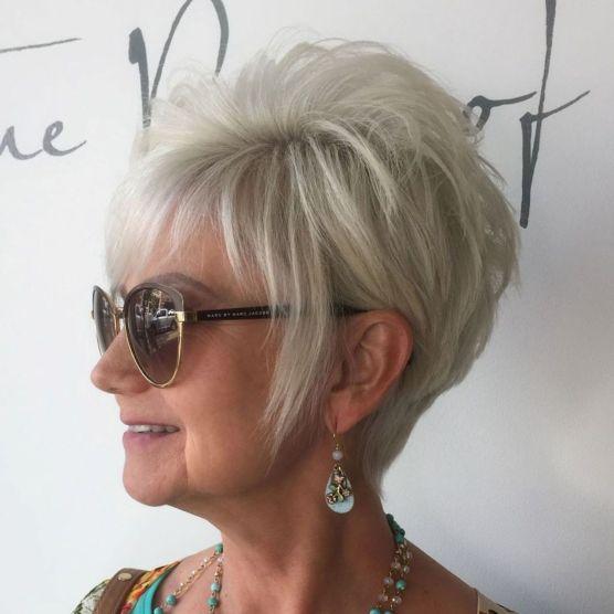 coupe courte femme mature gris pixie cheveux fins - 10 coiffures courtes chics et simples pour les femmes de plus de 50 ans