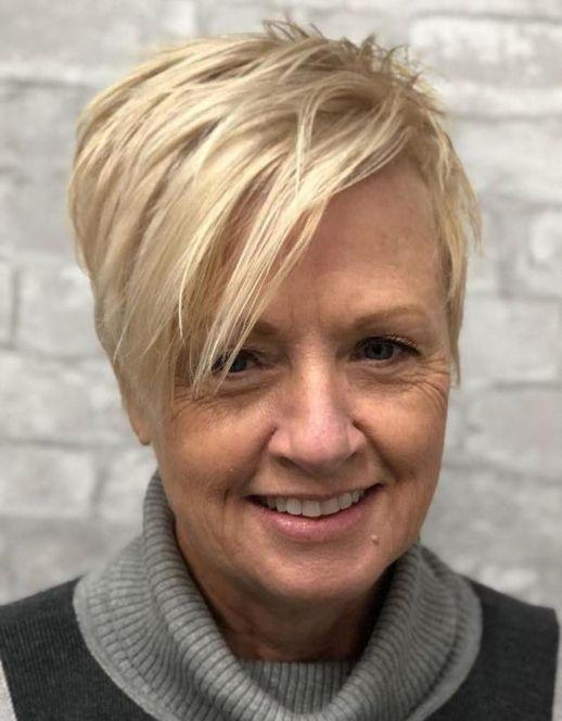 pixie blonde frange femme mature - 10 coiffures courtes chics et simples pour les femmes de plus de 50 ans