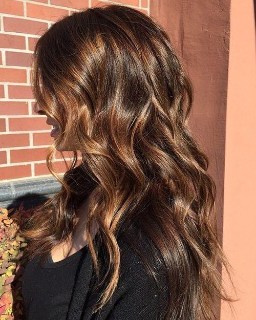 60 looks avec des reflets caramel sur les cheveux bruns et brun fonce 5e428145a19e7 - 60 looks avec des reflets caramel sur les cheveux bruns et brun foncé