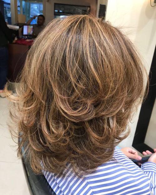 70 coupes de cheveux en couches moyennes les plus brillantes pour vous eclairer 5e414b09c9f84 - 70 coupes mi longs de cheveux en couches les plus brillantes pour vous éclairer