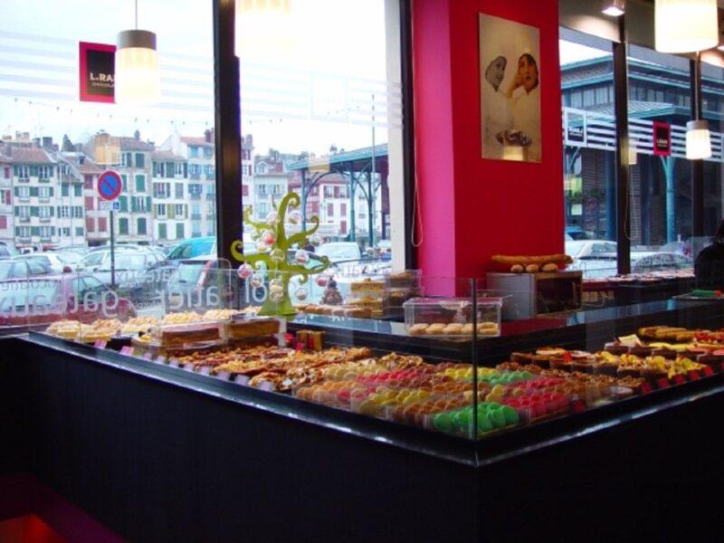 patisserie raux magasin interieur 800x600 - Pâtisserie Lionel Raux - Bayonne & Biarritz - Chocolatier & Traiteur