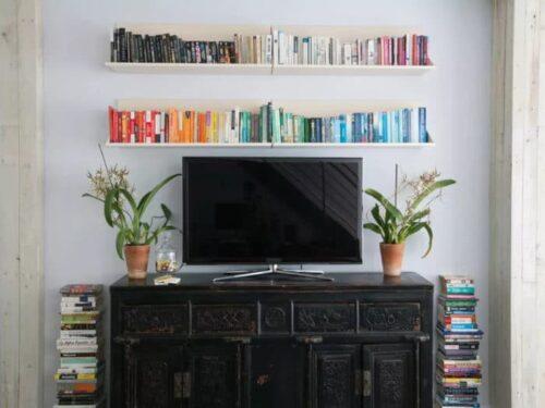 meuble tv livres colores e1588146920667 500x375 - Déco tendance salon - Comment décorer autour d'une TV?