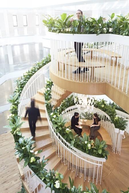 un escalier plein de vie dans les bureaux de soho a londres 5e5bbb8669847 - Tendances déco bureaux et espaces de travail
