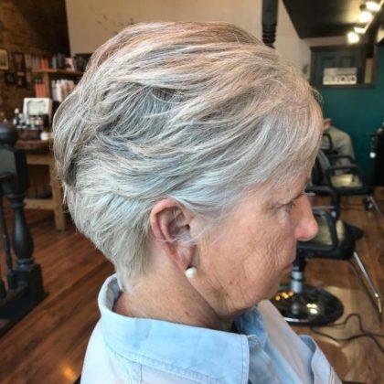 coiffure balayee gris femme 70 ans e1592724264903 - 10 coiffures courtes chics et simples pour les femmes de plus de 50 ans