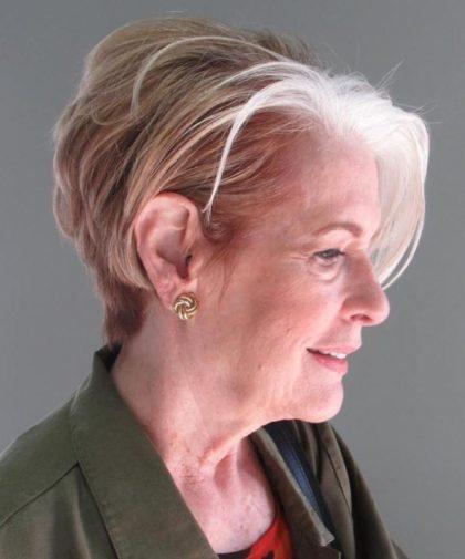 coiffure blonde femme 70 ans e1592724688394 - 10 coiffures courtes chics et simples pour les femmes de plus de 50 ans