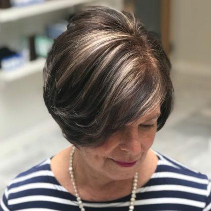 coiffure brune femme 70 ans e1592724461165 - 10 coiffures courtes chics et simples pour les femmes de plus de 50 ans