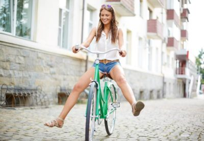 velo femme 400x277 - Les femmes et le vélo, ça roule !