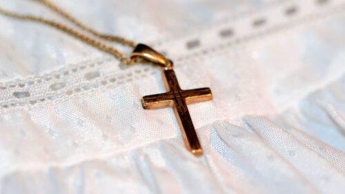 4ecdb530b858aa0d9d716a87e5e54007 500x281 - Comment bien choisir sa médaille de baptême ?