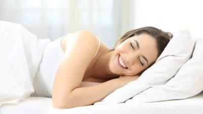 femme matelas repos 400x225 - Un bon matelas pour des nuits douces et reposantes