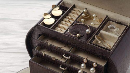 prendre boites 500x281 - Les boîtes à bijoux en cuir pour prendre soin de ses bijoux