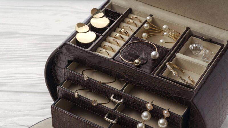 prendre boites 800x450 - Les boîtes à bijoux en cuir pour prendre soin de ses bijoux
