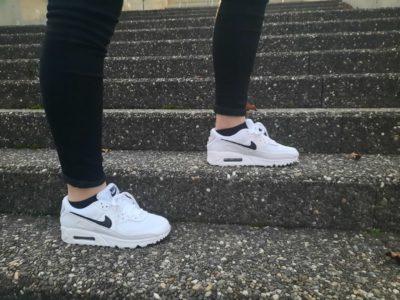 jeune femme sneahers air max