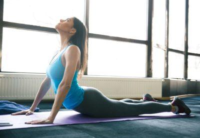 femme pratique yoga 400x277 - Pourquoi et comment pratiquer le yoga quotidiennement ?