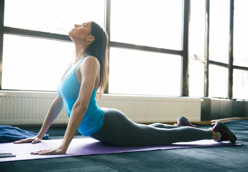 femme pratique yoga 800x554 - Pourquoi et comment pratiquer le yoga quotidiennement ?