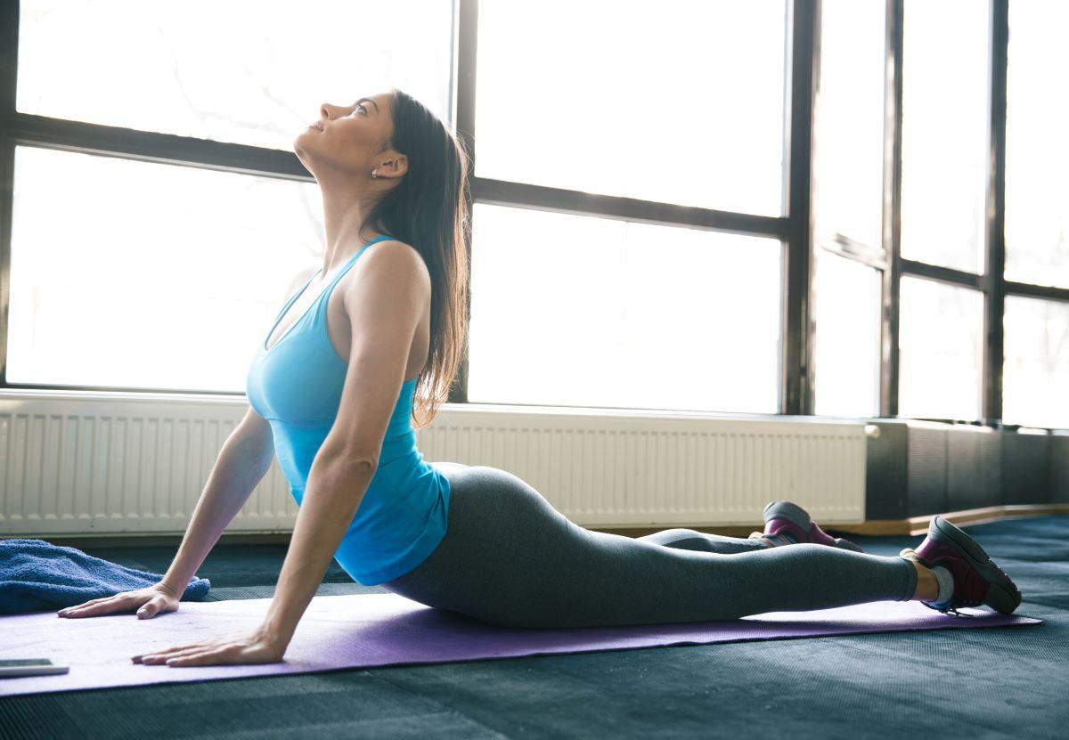femme pratique yoga - Pourquoi et comment pratiquer le yoga quotidiennement ?